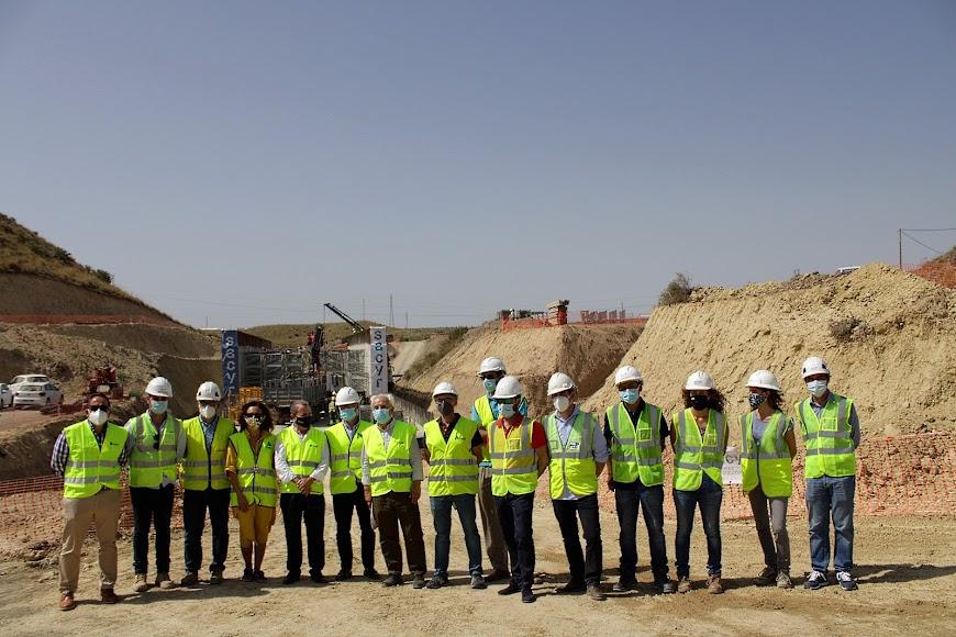 Personal de Adif y Sacyr junto al subdelegado del Gobierno y ante las obras de Los Arejos-Níjar.
