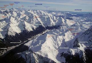 Photo: Vision aérienne annotée sur le pic Lavigne juste devant, puis les crêtes du pic de Chérue et pic de Saoubiste. Lac de Fabréges à gauche.