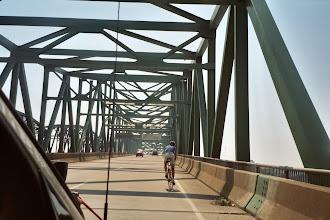 Photo: Mitten auf der Brücke erfolgte ein Staatenwechsel