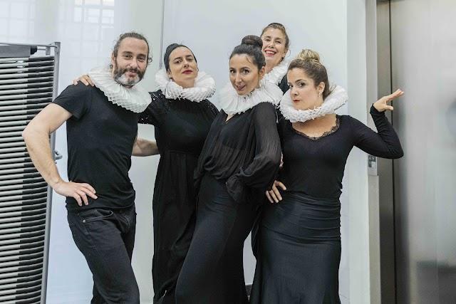 Elenco actoral del Aula de Teatro EMMA que ha participado en la lectura dirigida por Gemma Giménez (Foto: Guille Bossini).
