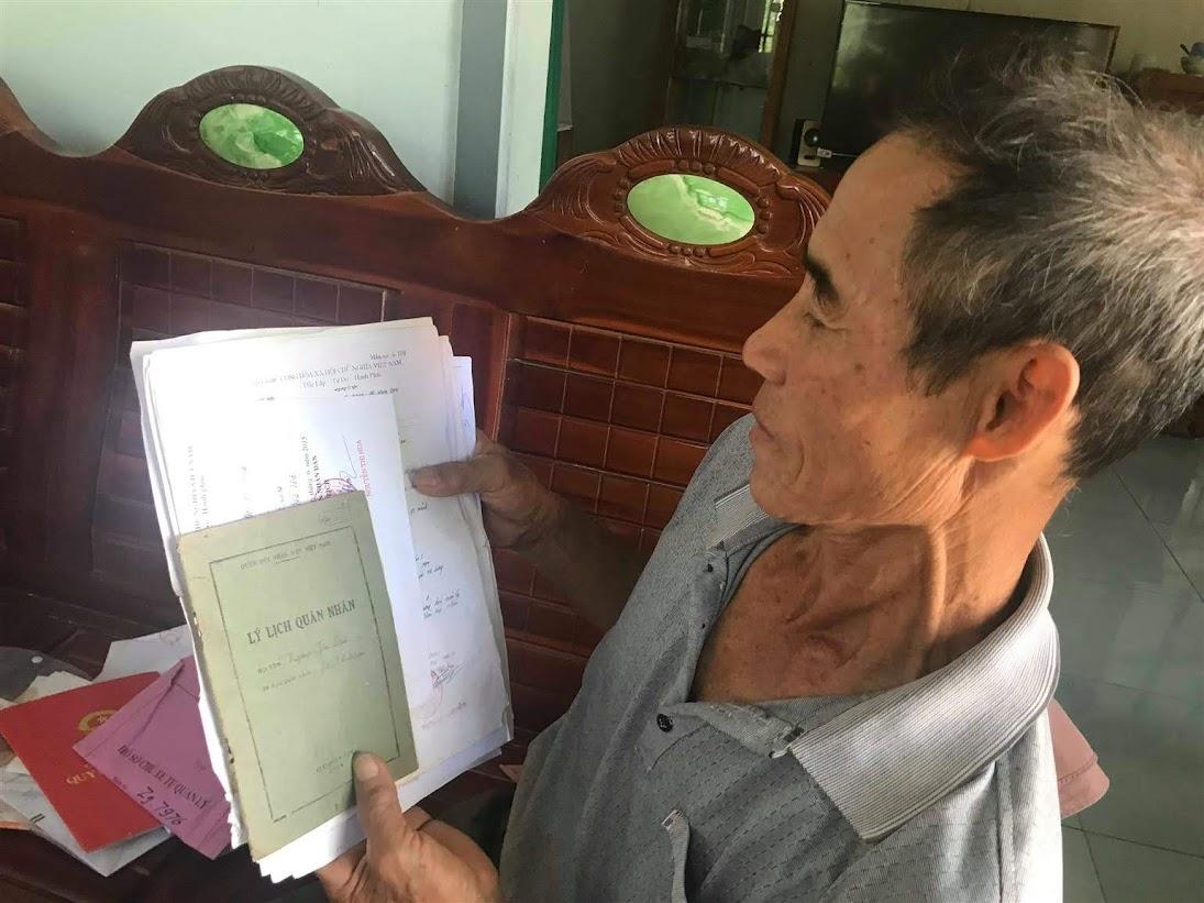Ông Nguyễn Thế Thơ bên tập hồ sơ gốc của mình