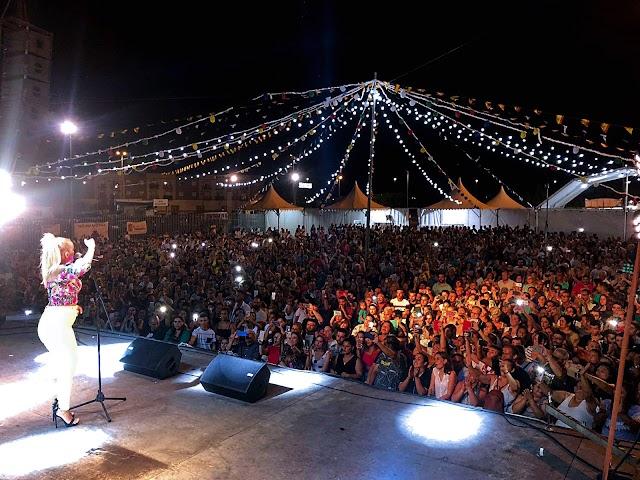 El concierto de La Húngara llenó la Caseta Municipal.