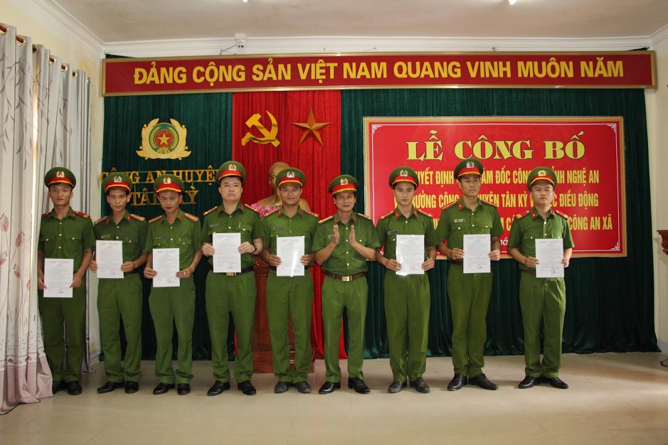 Thượng tá Phạm Vũ Cường – Trưởng Công an huyện Tân Kỳ trao Quyết định điều động Công an chính quy đảm nhiệm chức danh Công an viên các xã