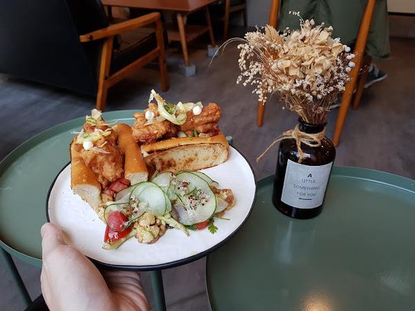 卉HUI Café法式甜點早午餐。隱身住宅區的高質感咖啡館,大推清爽不油膩的鹹檸雞堡~~~