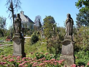 Photo: Rozdół - stary cmentarz. Na nagrobku po lewej napis: Tu spoczywa Anna Papiala (Partala?) [napis uszkodzony] *1900 +1930 i jej siostra Pawlina *1907 +1930 Proszą o Anioł Pański. Fot. Stanisław Burlikowski.