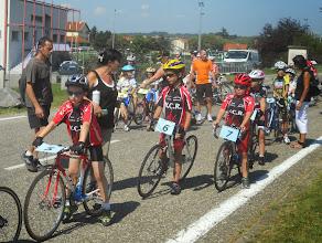 Photo: Gauthier, Vincent et Alexis attendent leur tour pour le premier sprint. Conseils de maman pour Vincent.