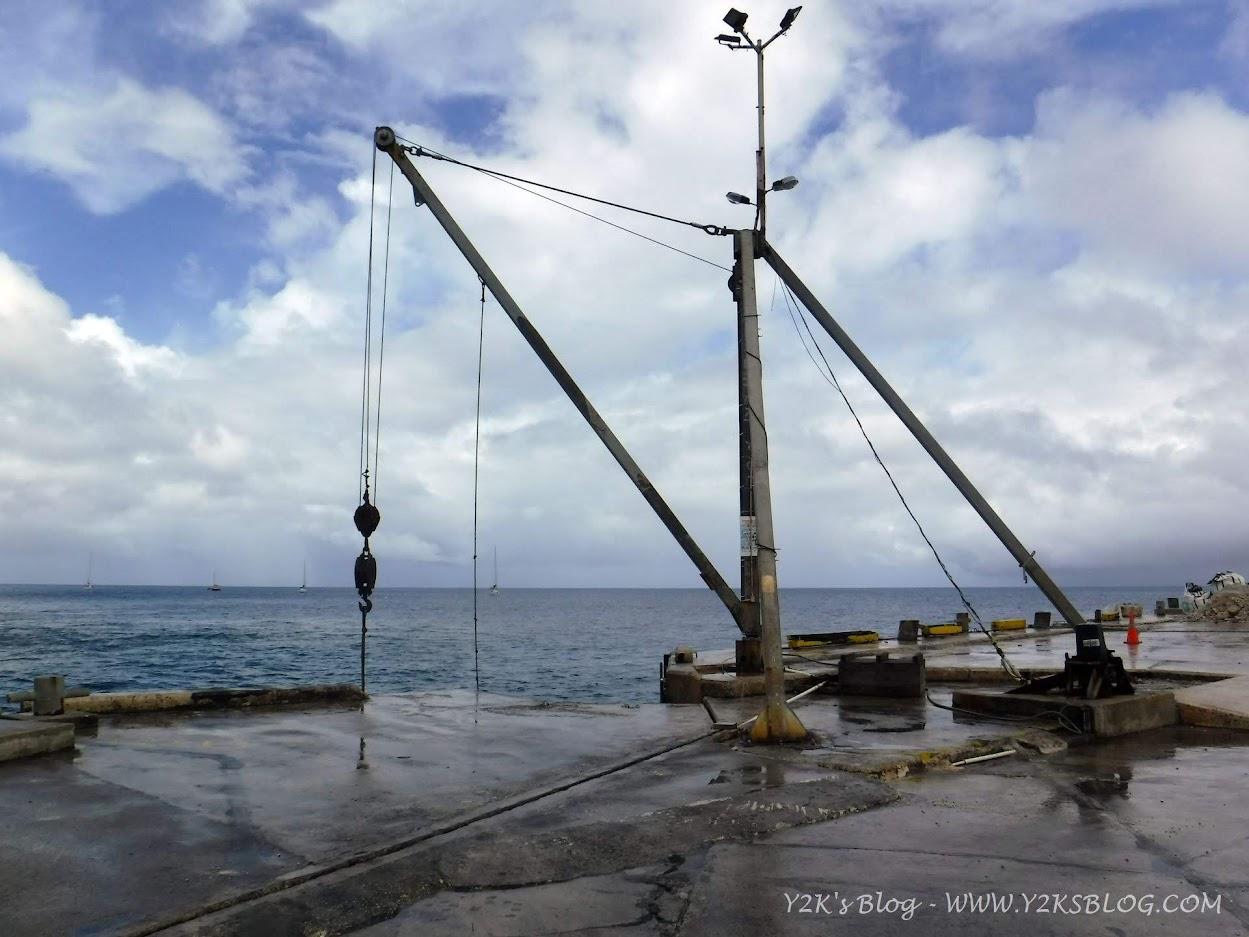 Il molo di Alofi e la gru per issare i dinghy - Niue