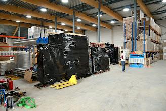 Photo: 09-11-2012 © ervanofoto En uiteindelijk raken alle rekken met ramen en deuren veilig in het magazijn. Met de vorklift worden ze dadelijk verder weg gesteld.