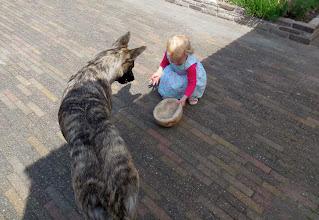 Photo: Kyra, spelen met buurmeisje