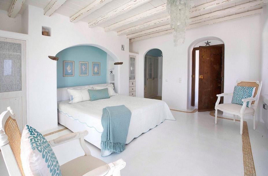 grecheskiy-stil-kantri-spalnya-Mykonos-Panormos-Villa.jpg