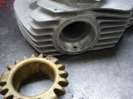 culasse-de-norton-commando-reparer-au-niveau-des-filetages-d-echappement-par-machines-et-moteurs