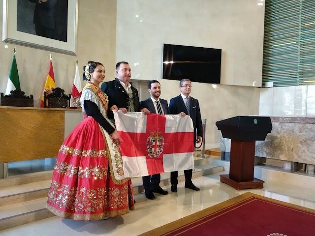 La comitiva recibió de manos de Carlos Sánchez la bandera de Almería.
