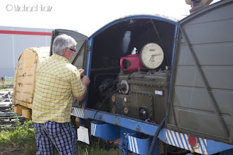 Photo: Flyplassens hyggelige crew håndpumper (!) fuel til flyet vårt fra en gammel fueltruck