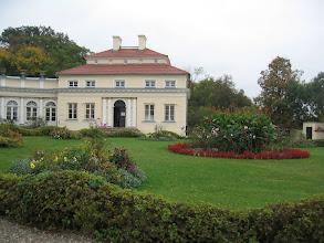Photo: Część północna i wschodnia pałacu otoczona jest przez ogród krajobrazowy będący miniaturą parku angielskiego.