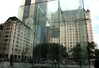"""Photo: Applen """"kellarimyymälän"""" sisäänkäynti"""