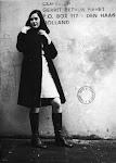 vrouw in knielange jurk en jas leunt tegen een muur met een snel getekend mannetje en een opschrift: Copyright Gerrit Petrus Fieret, P.O. Box 117 - Den Haag, Holland