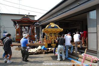 Photo: 【平成19年(2007) 宵々宮】 神輿の蔵出し。清掃・飾り付けのために元町自治会館に取り込み。