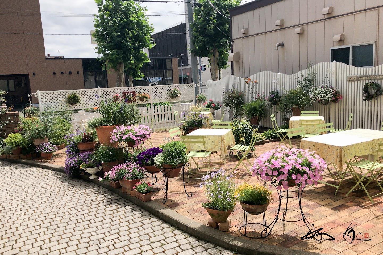 テーブルセッチングされたお庭
