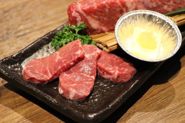 高CP值炭火燒肉明炙道炭火燒肉貼心桌邊幫烤,保留食材原味不過度調味,好吃值得回訪! -