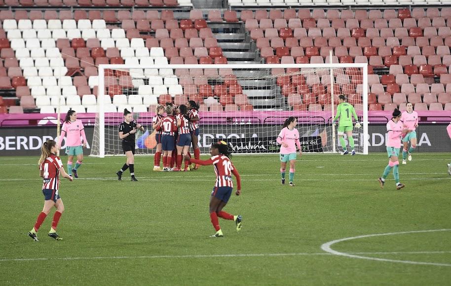 El Atlético se adelantó con tanto de Van Dongen.