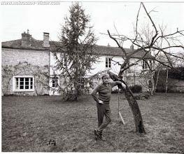 Photo: Виктор Некрасов на фоне дома в Марлотт, 1975. Фотография Ж.-П. Кудерк