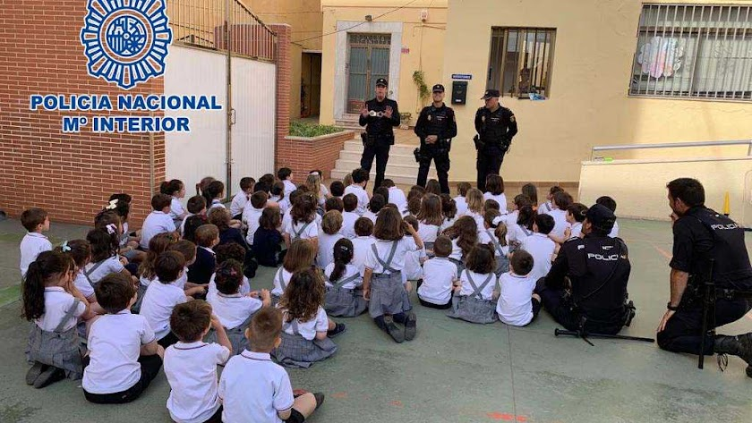 Charla de la Policía Nacional en el colegio Divina Infantita de El Ejido.