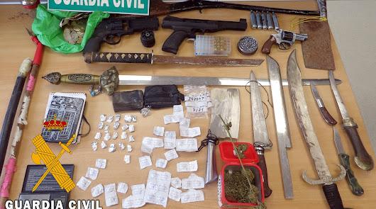 Detienen con numerosas armas a un vecino de Adra que vendía drogas