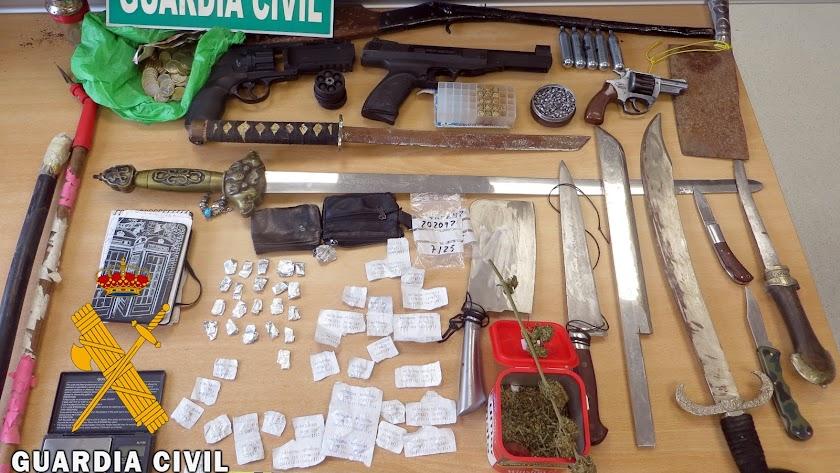 Armas y drogas intervenidas al vecino de Adra.