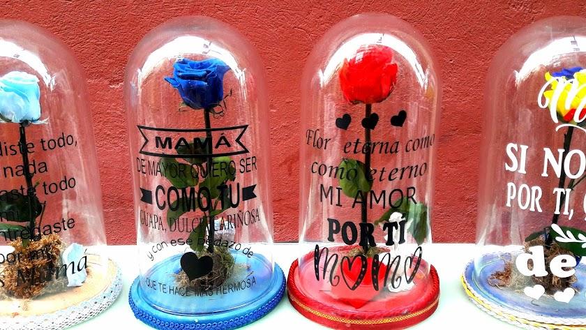 Urnas con la rosa eterna y con mensaje personalizado para el Día de la Madre.