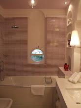Photo: Die liebevollen Details und ausgesuchten Materialien begeistern mich auch im Bad: alles vom Feinsten.