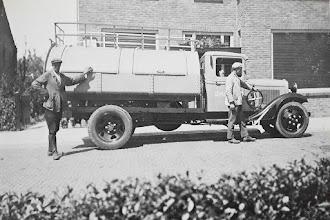 Photo: 1934 Gemeente Princenhage schafte een vuilniswagen aan. De foto is gemaakt aan de Doelen. De man links is Guust Tuurlings en rechts Kees Baremans..