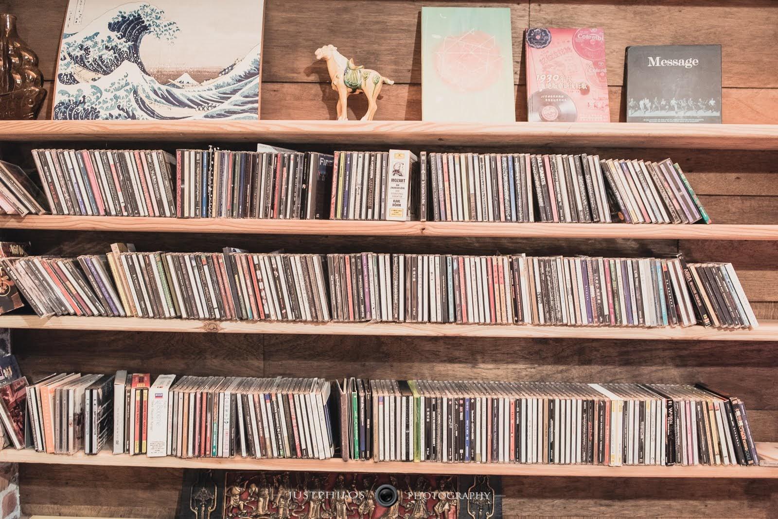 民宿的架上有許多六七年級生年代的歌曲,搭配民宿內的音響設備播放,彷彿來段回味童年時代之旅。