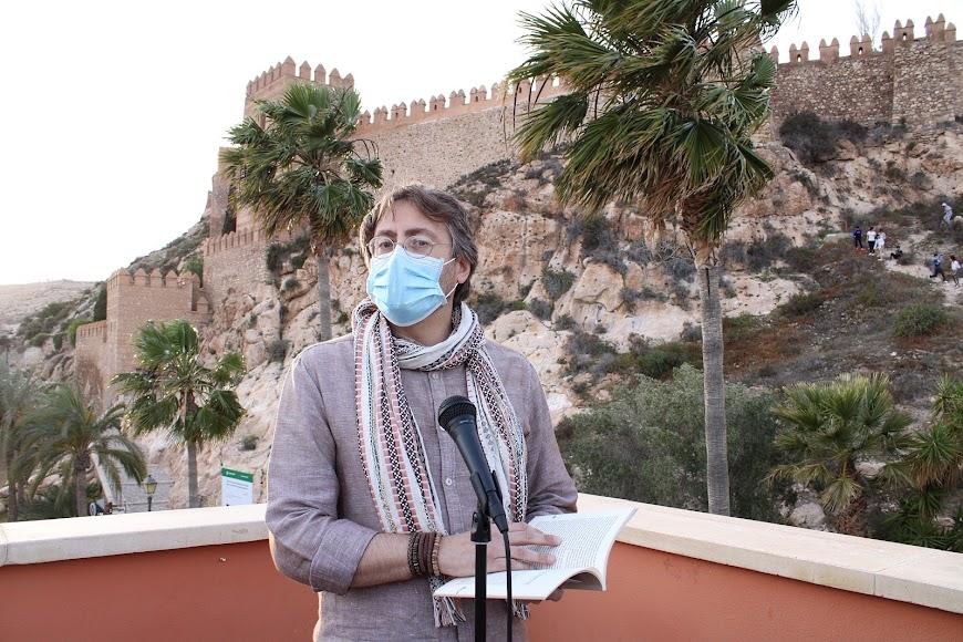 Miguel Ángel García leyendo su relato.