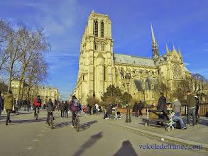 Photo: Et l'arrivée magique devant la belle Notre-Dame pour clore cette balade à vélo -e-guide balade à vélo de Bercy Village à Notre-Dame par veloiledefrance.com
