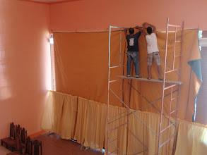 Photo: Hosean koululle/kirkolle asennetaan suojapeitettä
