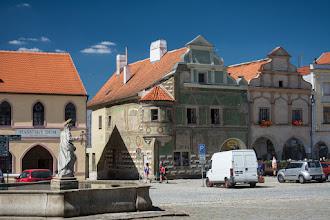 Photo: Ale trafiają się również rodzynki tak jak widoczny na zdjęciu gotycki dom.  Na pierwszym planie dolna fontanna z 1611 roku.