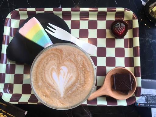 東西還可以,飲品有特色,但蒼蠅一直到處飛,飛蛋糕又飛咖啡,趕的好辛苦也不衛生....