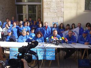 Photo: Tortosa. La Plataforma en Defensa de l'Ebre (PDE) compareix davant del Palau Abària per valorar l'acord entre la Generalitat i el govern de l'Estat per fer el transvasament a Barcelona. Foto cedida per Gustau Moreno.