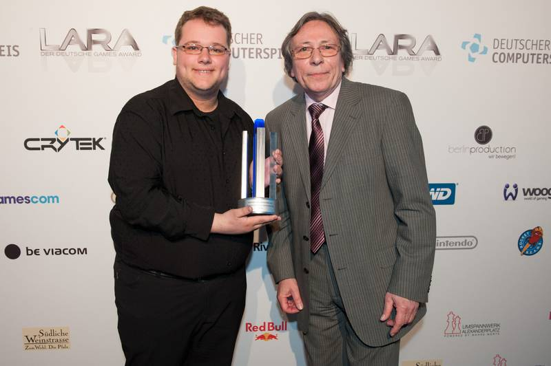Photo: Sonderpreis Bestes Nachwuchsknzept Pan it!: Frederic Schimmelpfennig, Jurymitglied Jürgen Hilse v.l.n.r. © Deutscher Computerspielpreis 2012 / Ulf Büschleb
