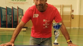 Mario Rodríguez con la copa conquistada.