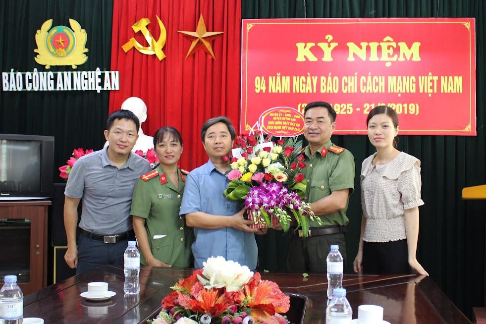 Huyện ủy – HĐND – UBND huyện Quỳnh Lưu chúc mừng Báo Công an Nghệ An