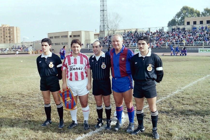 El árbitro Andújar Oliver con los hermanos Torres Caravaca en el Memorial a Diego Carmona en La Juventud.