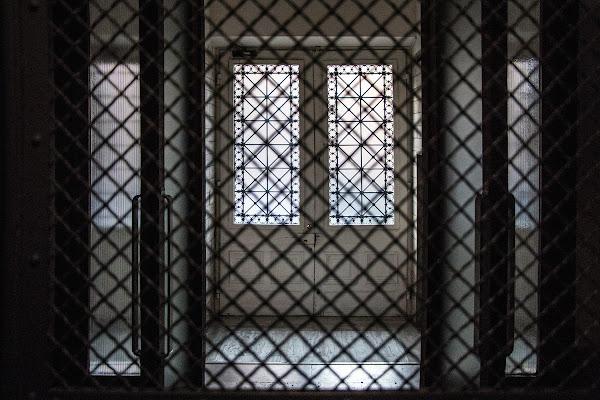 dal vecchio ascensore, il vecchio portone di 109 anni  di Zeta & Zeta