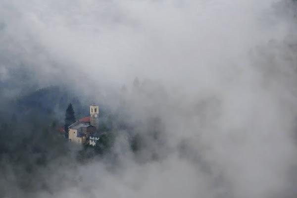 all'improvviso, fra la nebbia... di malte