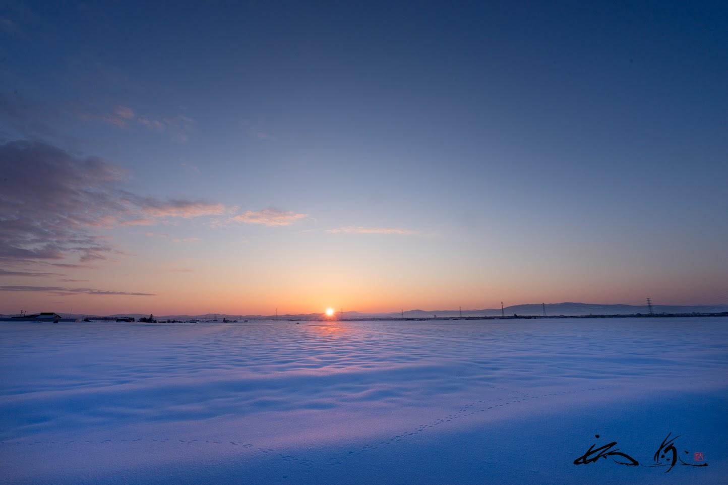 静寂な空気の中、昇る朝陽