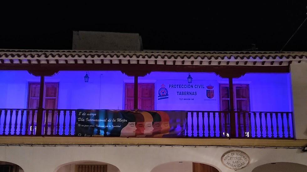 Balcón iluminado en Tabernas.
