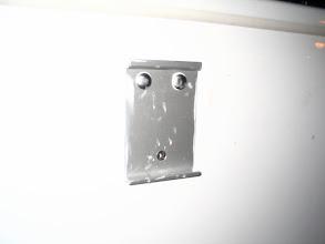 Photo: Al apretar el Sika se expande y sale incluso por el agujero de los tornillos.