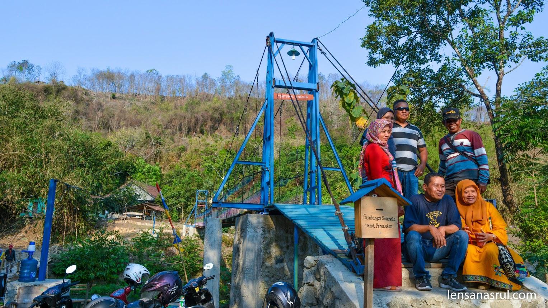 Pengunjung foto di jembatan