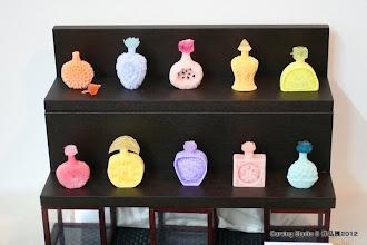 Photo: <鼻煙壺> 鬼丸信乃  鼻煙壺(びえんこ)は、嗅ぎタバコをいれるための小さな壺です。 手のひらに収まる小さな壺を、石鹸を使って表現してみました。  「Carving Studio S」http://www9.ocn.ne.jp/~carving
