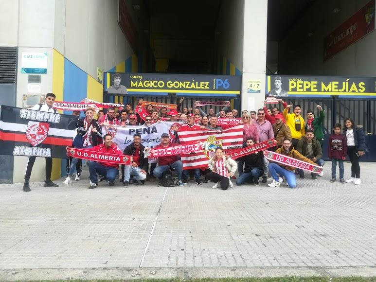 Los seguidores del Almería antes de entrar a Carranza.